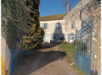 Maison de notable du 18ème dans village classé.