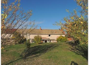 Maison ancienne de plain-pied à la sortie d'un village agréable du Charolais