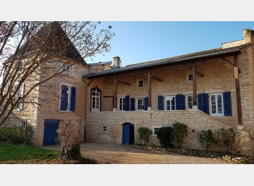 Notable's house in a large village close to Mâcon, plus three self-contained dwellings